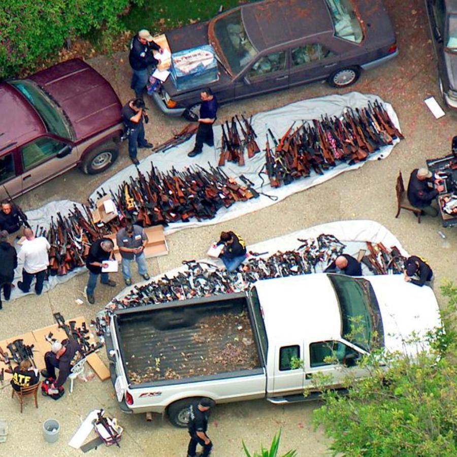 Agentes inspecciona un gran arsenal incautado este miércoles en una casa en la zona de Holmby Hills, en Los Angeles.