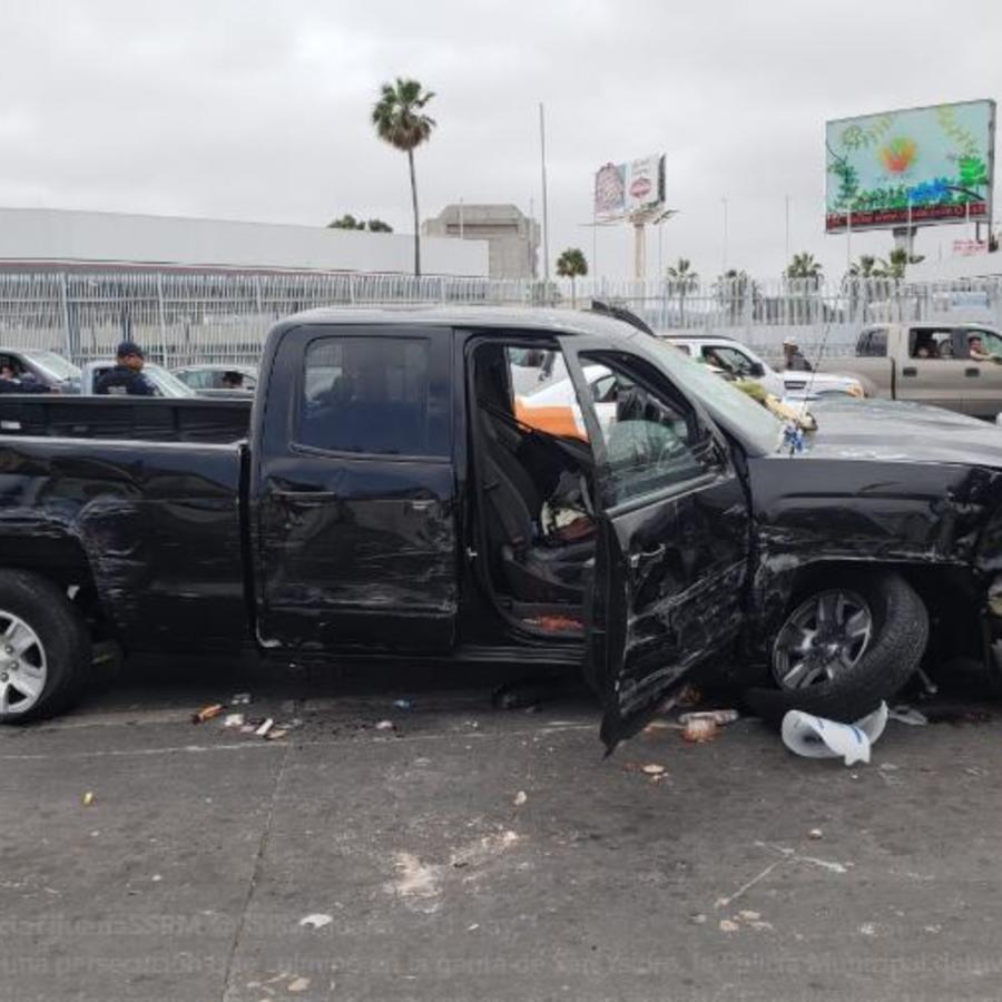 La camioneta Chevrolet con matrícula de Utah en la que el hombre se dio a la fuga en dirección a la garita fronteriza.