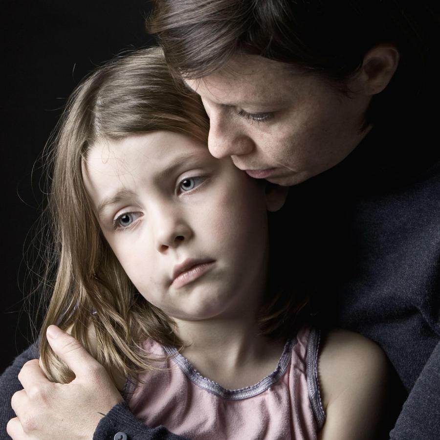 Madre abrazando a su hija