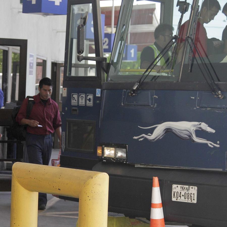 Indocumentados abordan un autobús en El Paso, Texas el 2 de abril de 2019