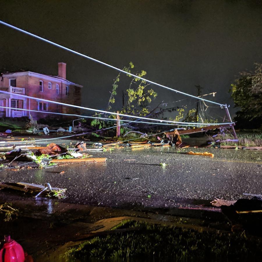 Daños provocados por un tornado en 500-600 bloques de E. Capitol en Jefferson City, Missouri el 22 de mayo de 2019.