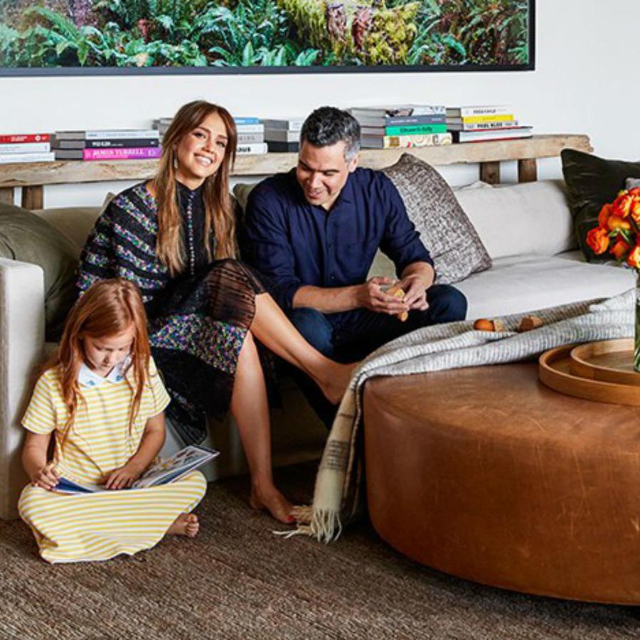Jessica Alba con su esposo e hijos en su casa
