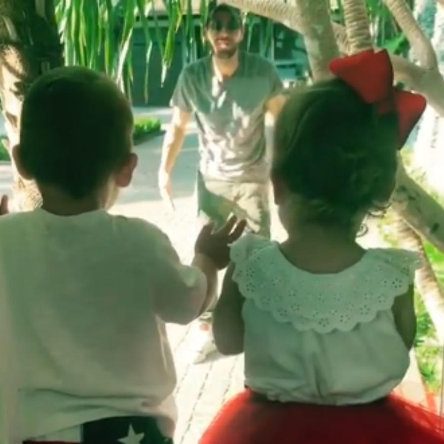 Enrique Iglesias jugando con sus hijos a través de un cristal