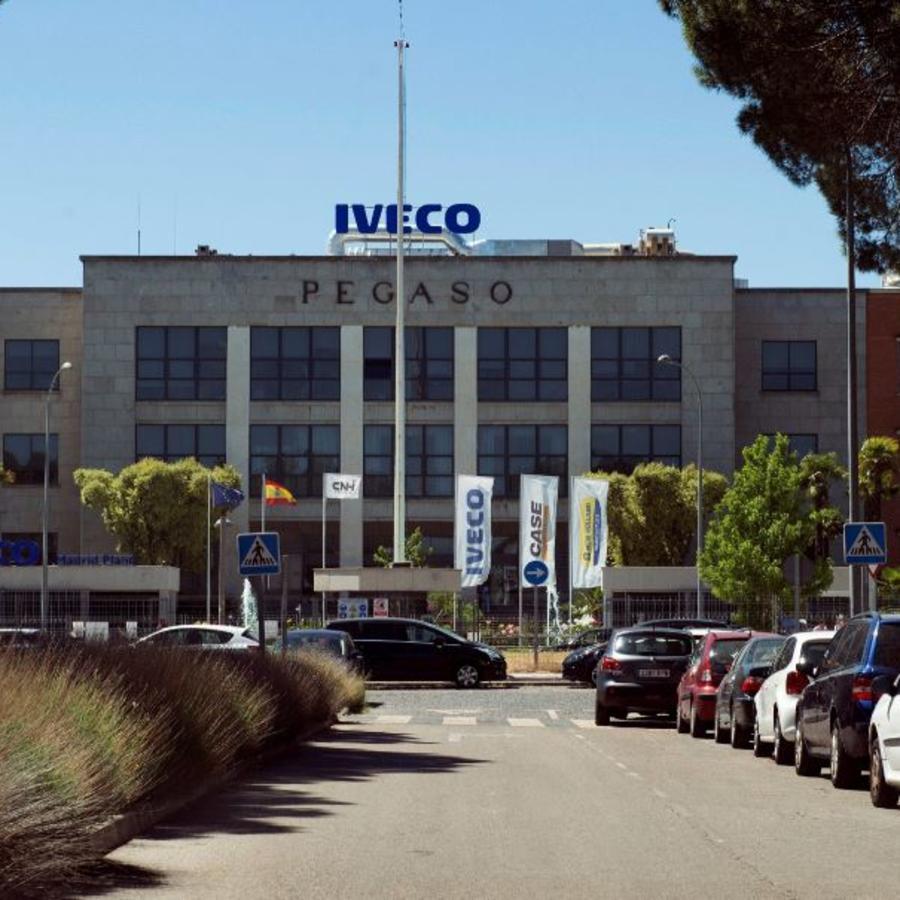 Vista de la sede de la empresa Iveco donde trabajaba la mujer que se quetó la vida tras la difusión de un vídeo de contenido sexual.