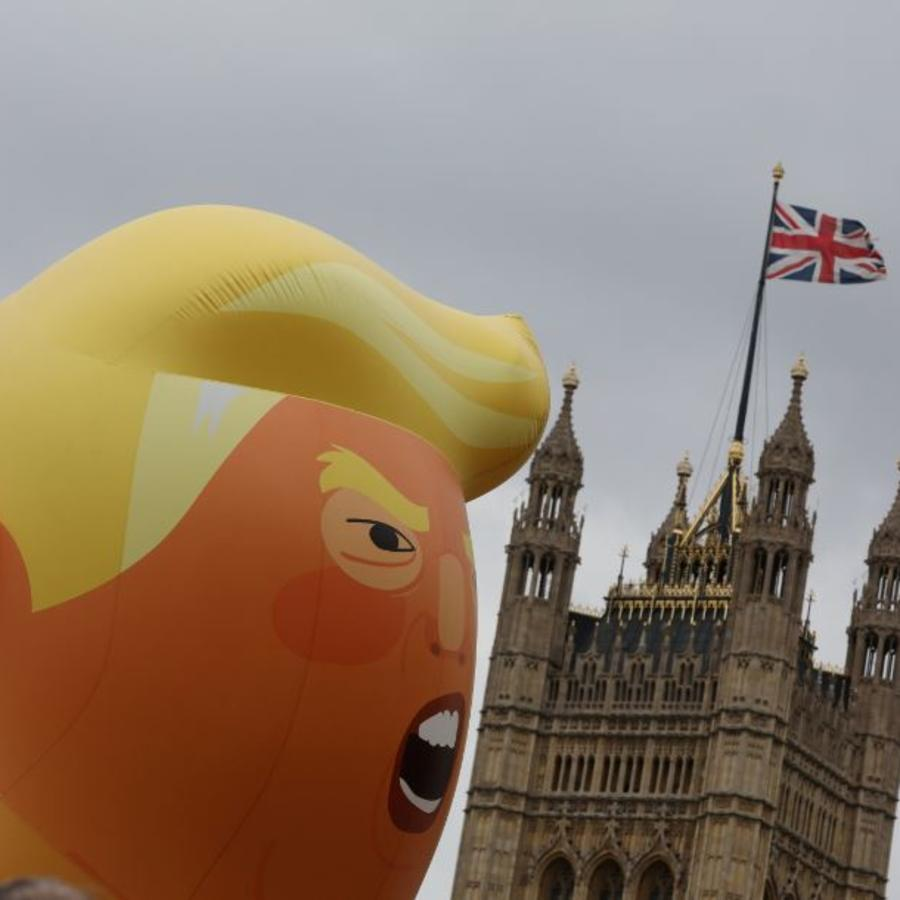 Un globo gigante, que representa a Donald Trump como un bebé, sobrevuela este martes a miles de manifestante en Londres.
