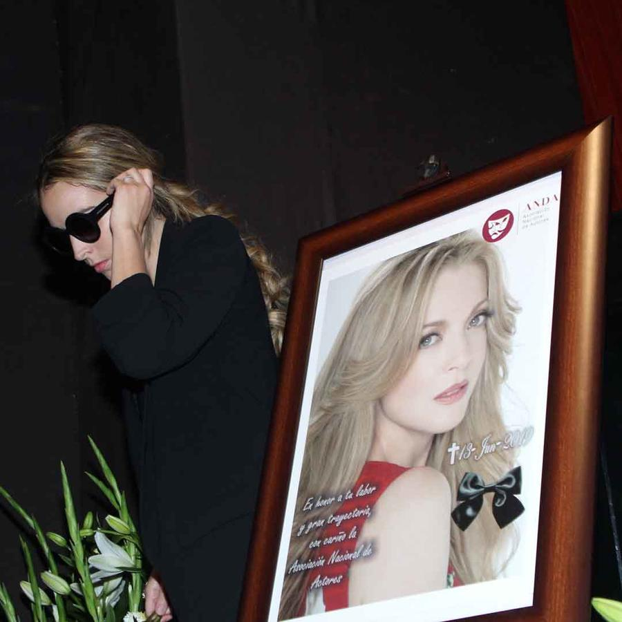 Constanza en el funeral de su madre, Edith González