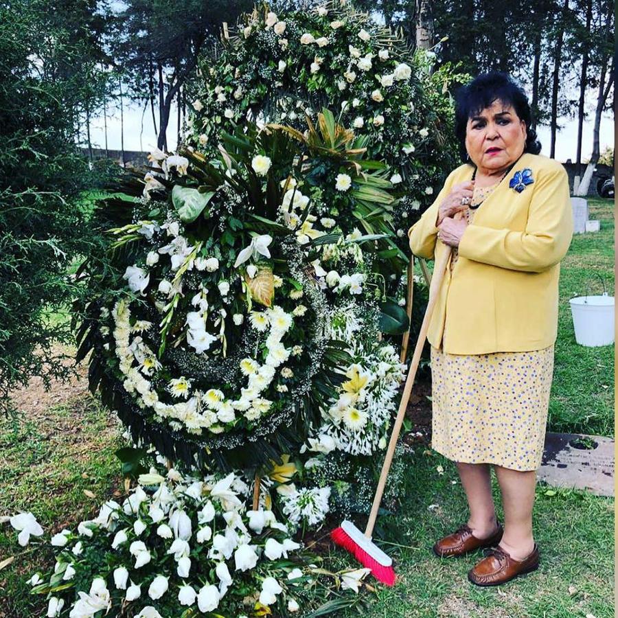 Carmen Salinas en la tumba de Edith González
