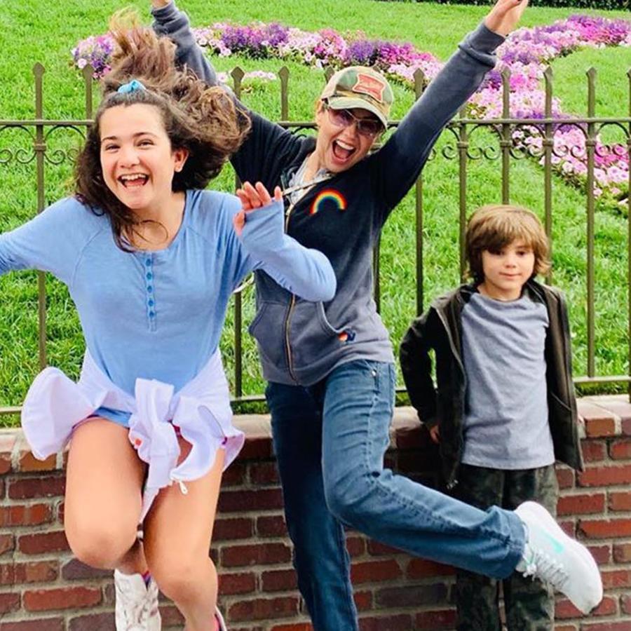 Thalía y sus hijos en  Disneyland