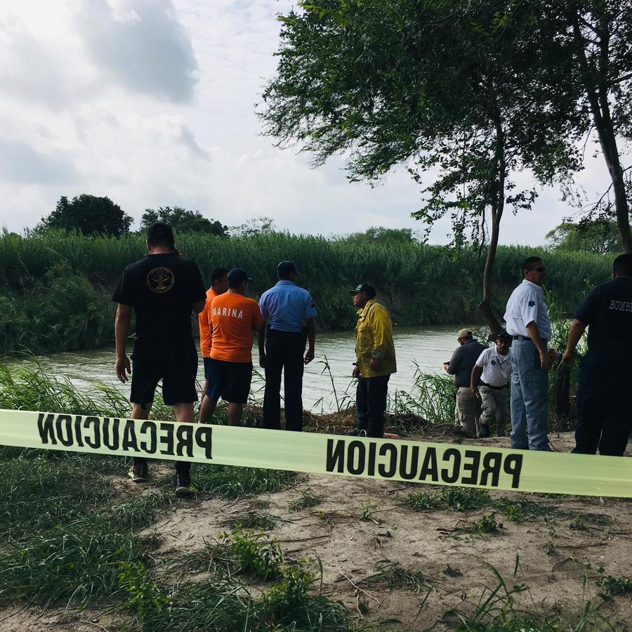 Cinta amarilla en el sitio a la orilla del Río Bravo donde se ahogaron dos migrantes, un padre y su hija de 23 meses