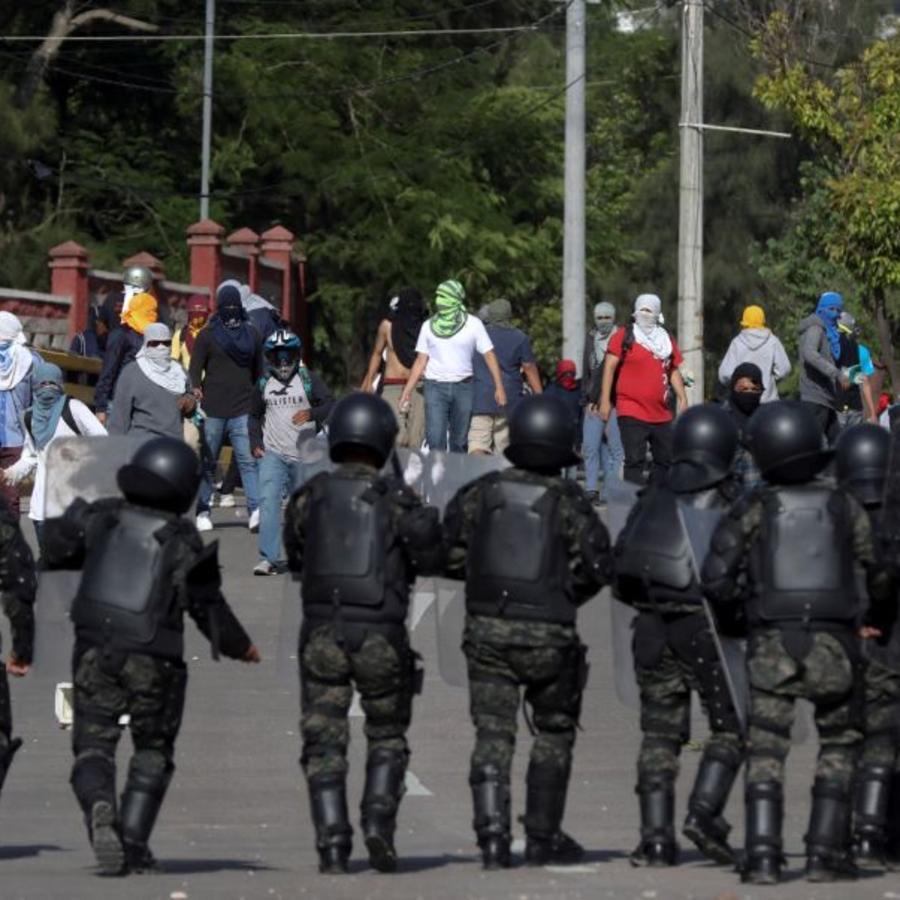 Estudiantes universitarios se enfrentan Policías militares del Orden Publico, este lunes en Tegucigalpa (Honduras).