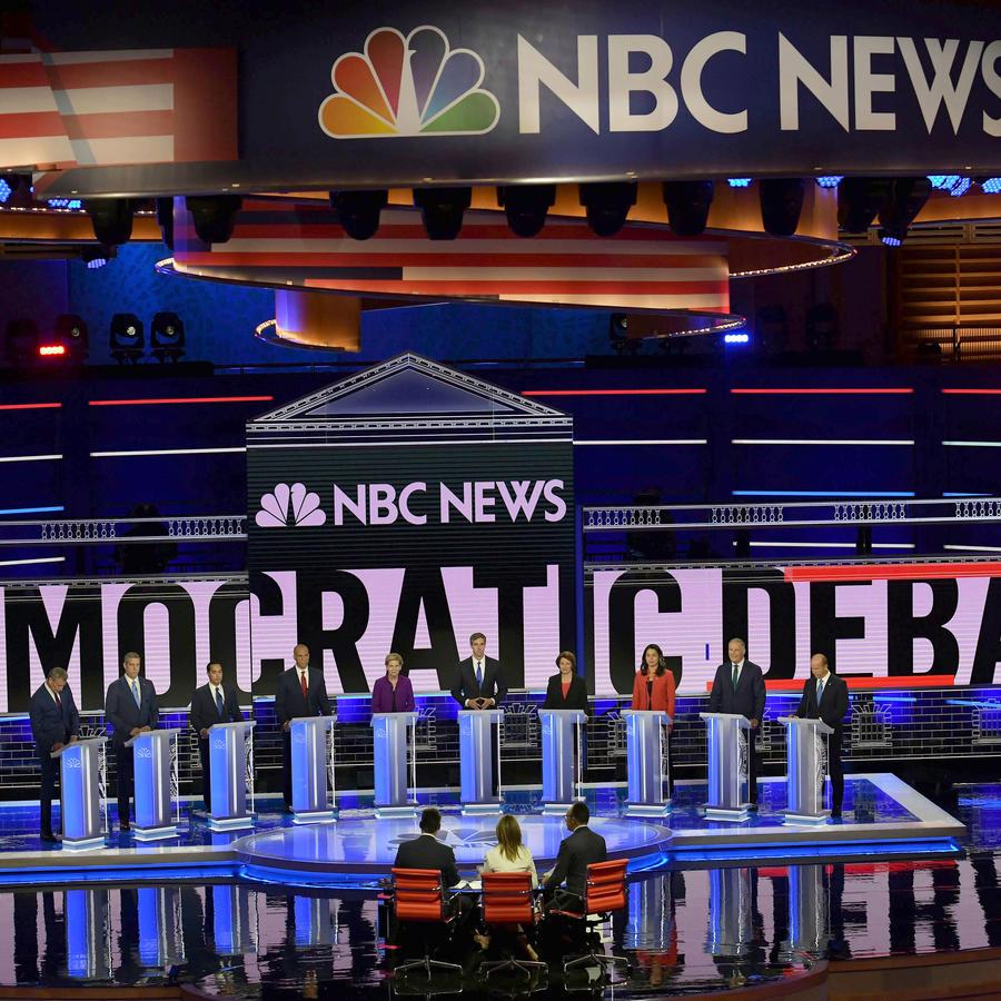 Diez aspirantes a la presidencia del Partido Demócrata participan en el primer debate presidencial en Miami.