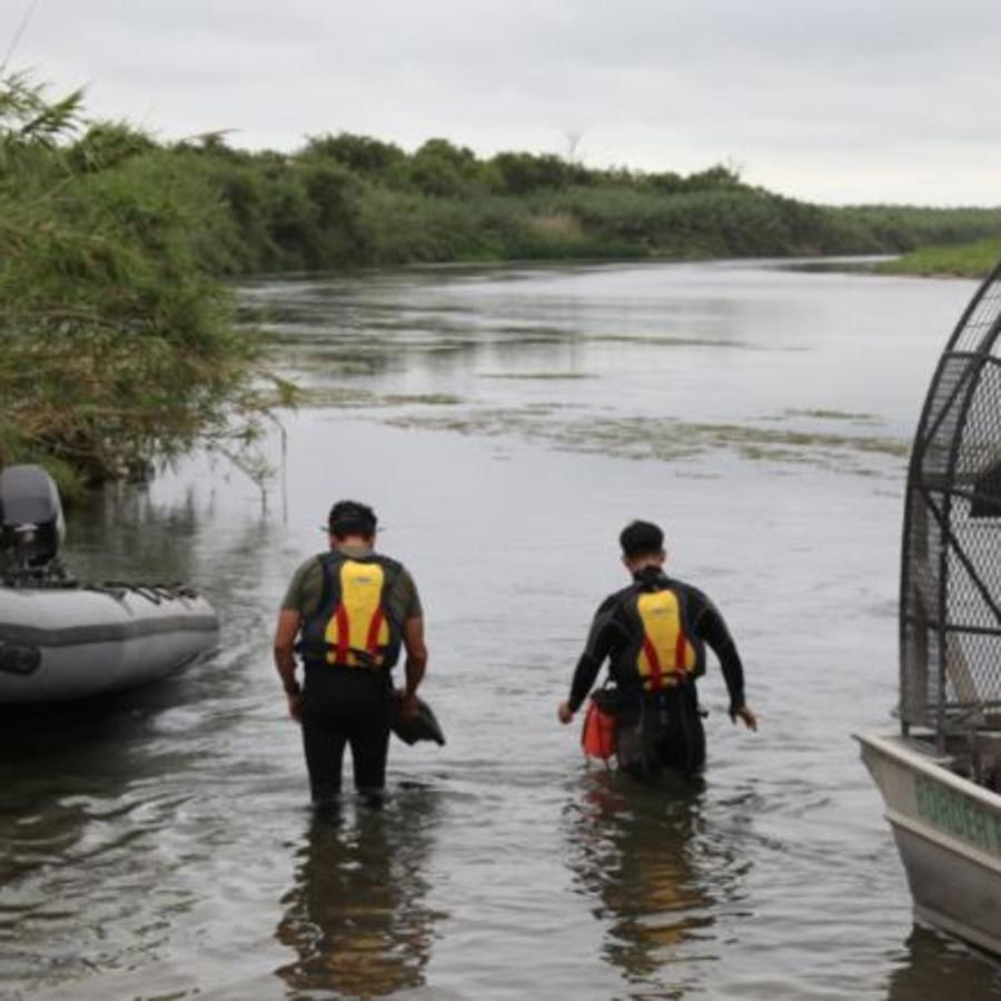 Equipo de buceo del sector Del Río, Texas, busca a una niña de 2 años desaparecida en el río Bravo.