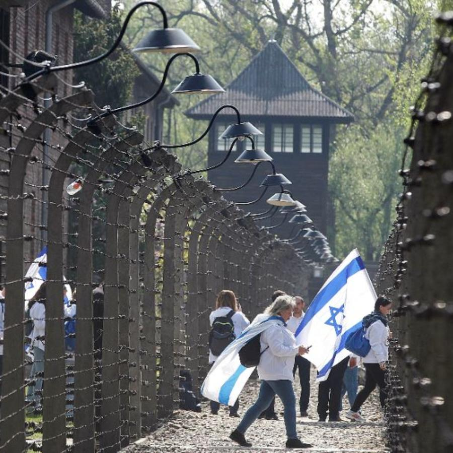 Participantes de un evento judío de conmemoración del Holocausto en el antiguo campo de exterminio alemán nazi de la Segunda Guerra Mundial en Auschwitz, Polonia.