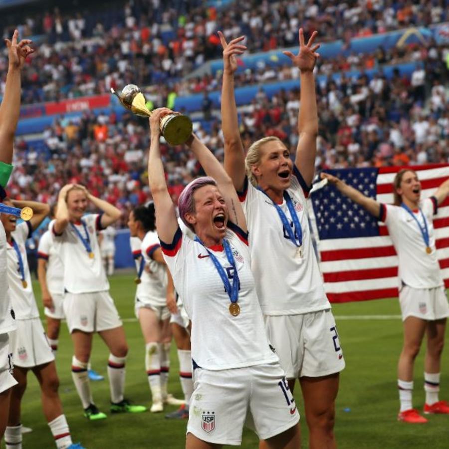 Megan Rapinoe, centro, celebra con sus compañeras tras derrotar a Holanda 2-0 en la final de la Copa Mundial Femenina en Lyon, Francia, el domingo 7 de julio.