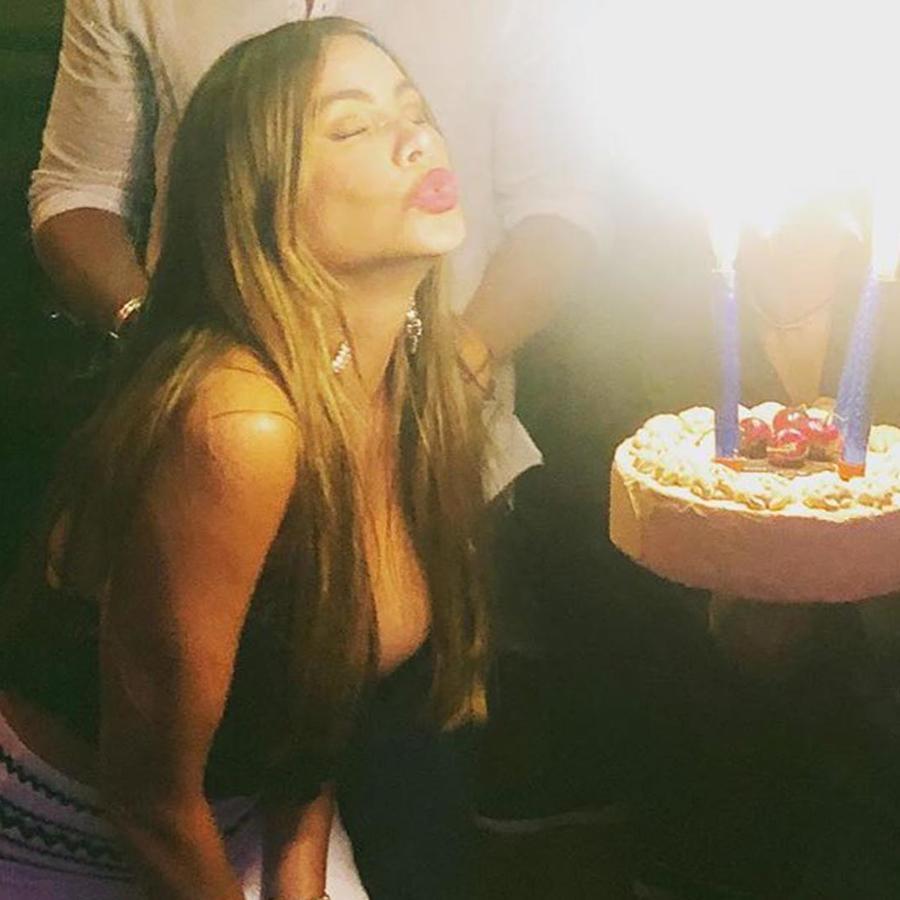 Sofía Vergara soplando las velitas de su pastel