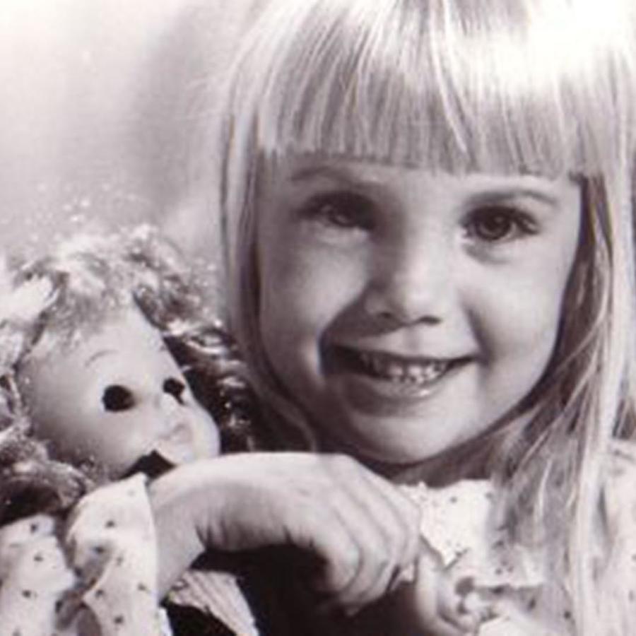 Heather O'Rourke abrazando a una muñeca