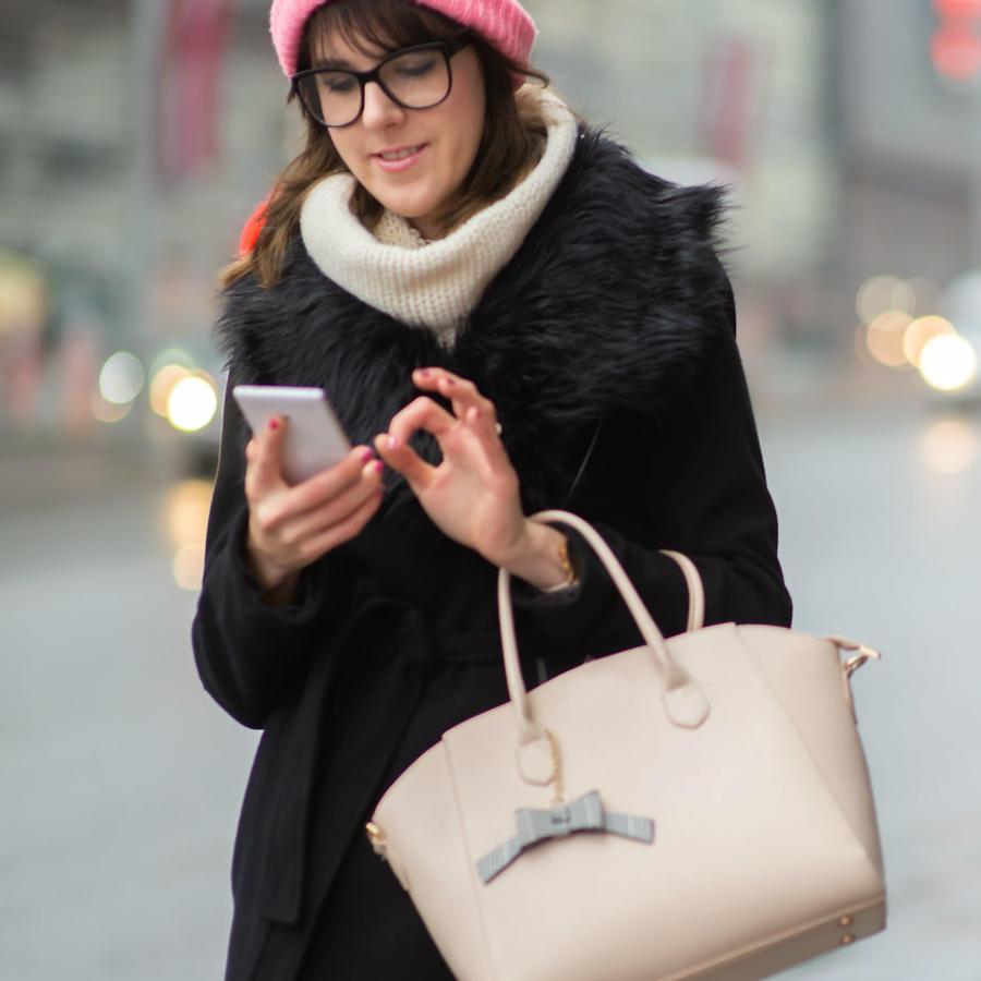 Mujer caminando distraída