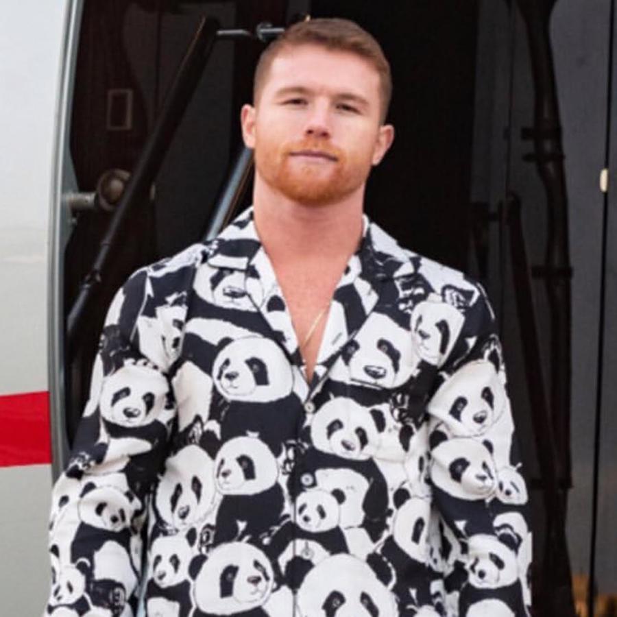 """Saúl """"El Canelo"""" Álvarez con pijama de oso panda bajando de avión"""