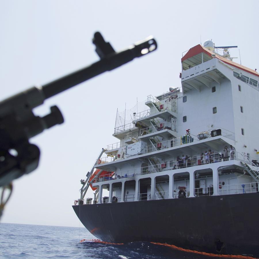 Fotografía de archivo de un carguero transitando por el Estrecho de Ormuz en el Golfo Pérsico