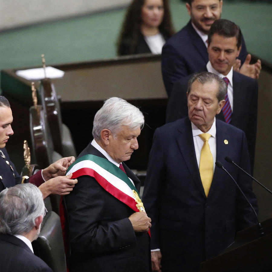 Fotografía de la ceremonia de investidura del presidente Andrés Manuel López Obrador (izq.), a la derecha Porfirio Muñoz Ledo