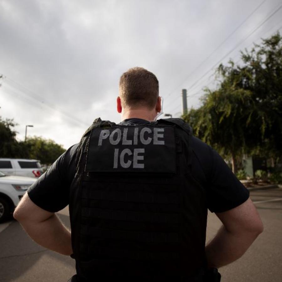 Un oficial de Inmigración y Control de Aduanas (ICE) durante una operación este julio en Escondido, California.