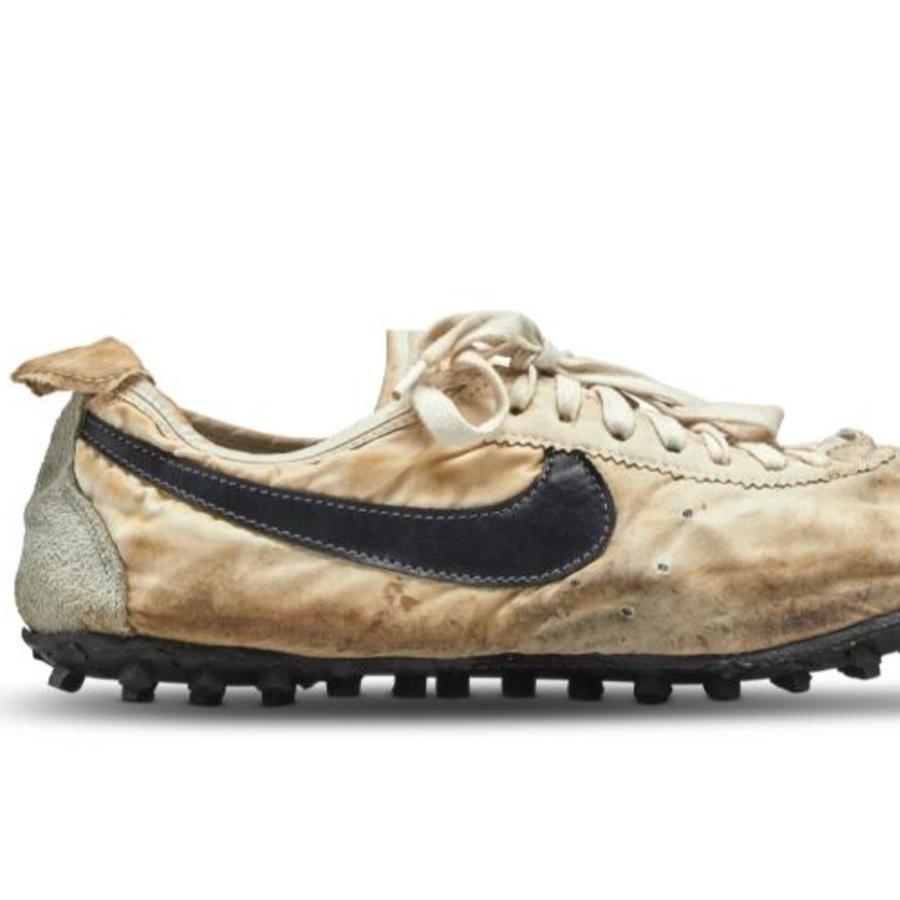 """Las zapatilla de deporte Nike """"Moon Shoe"""" asquiridas por más de 437.000 dólares en una subasta."""