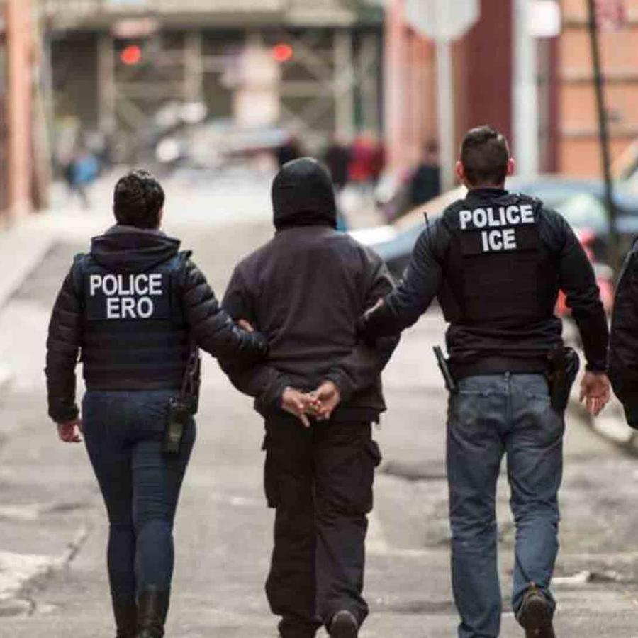 Foto de archivo de la captura de un indocumentado por parte de agentes de ICE.