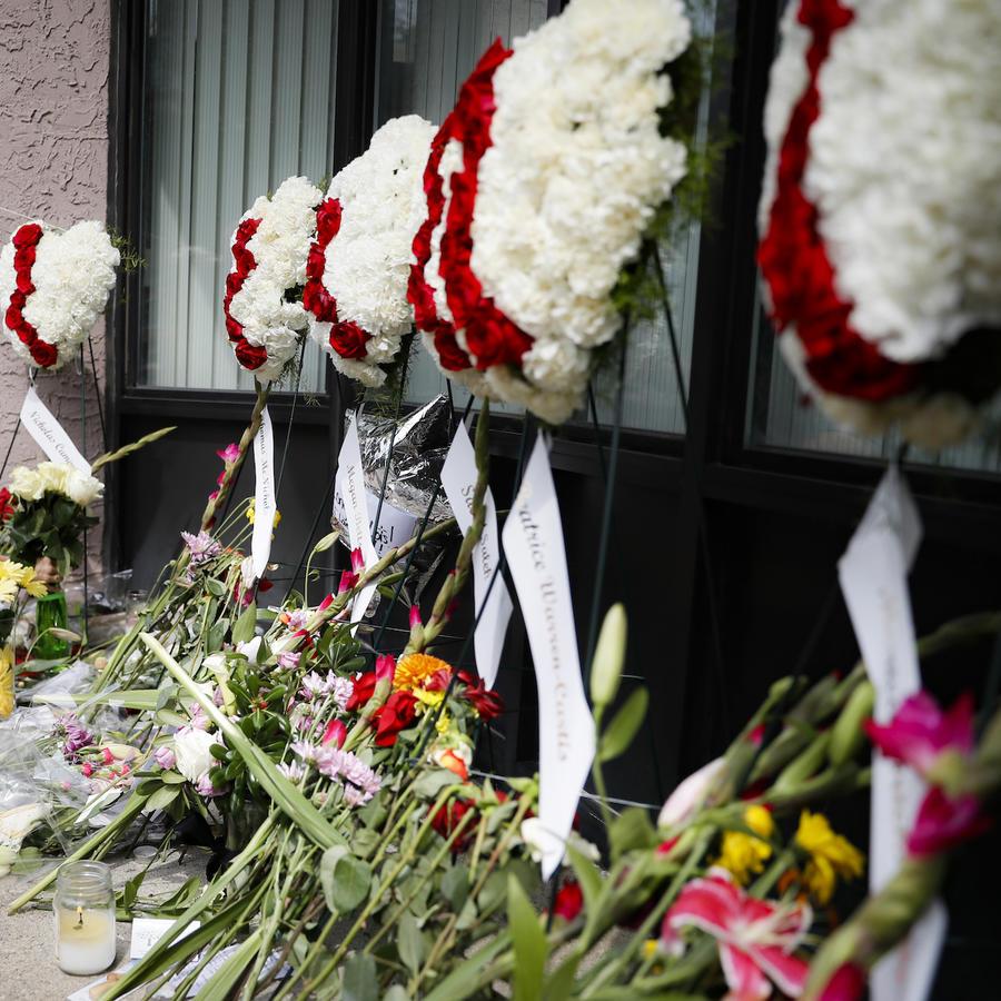 Imagen de las ofrendas en memoria de las víctimas del tiroteo en Dayton, Ohio.