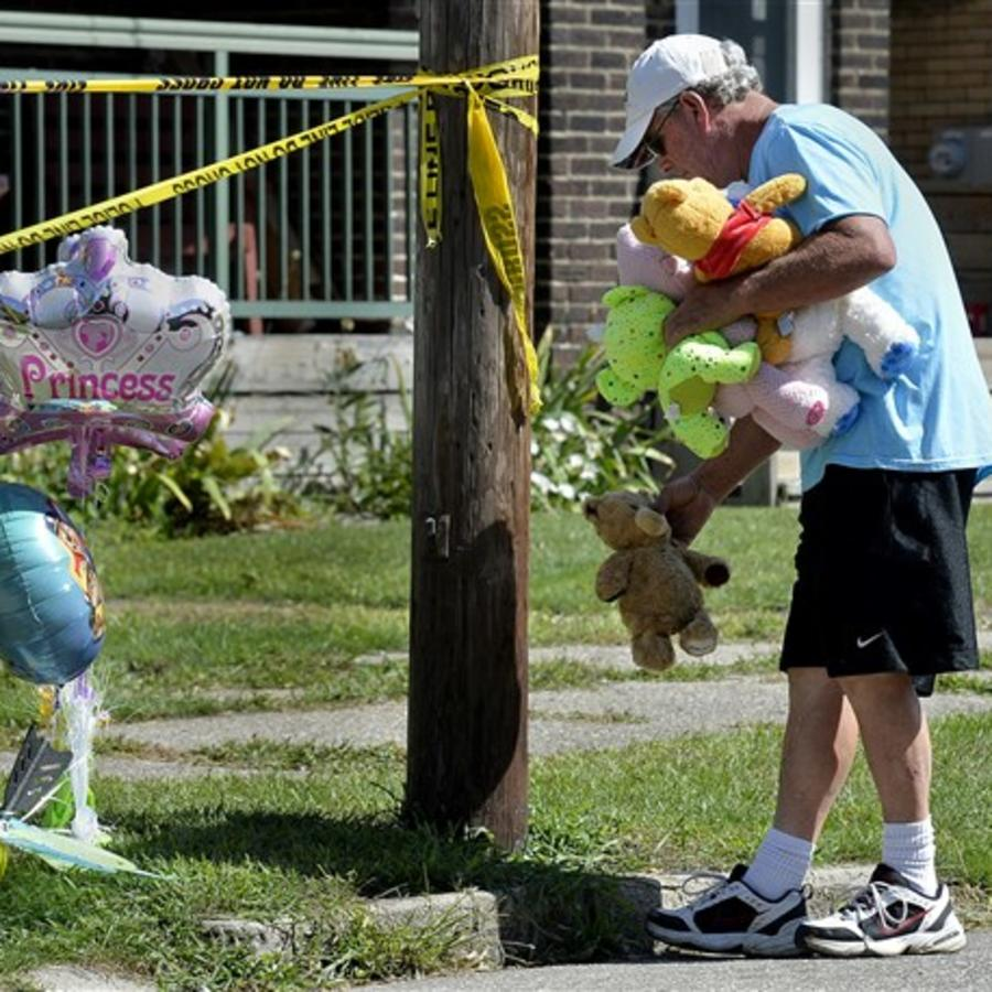 Paul Laughlin, un hombre de 57 años, deja este domingo un peluche en homenaje a las víctimas de un incendio en Erie, Pensilvania.