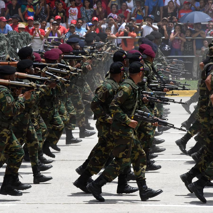Soldados venezolanos desfilan en el aniversario 208 de la independencia en Caracas