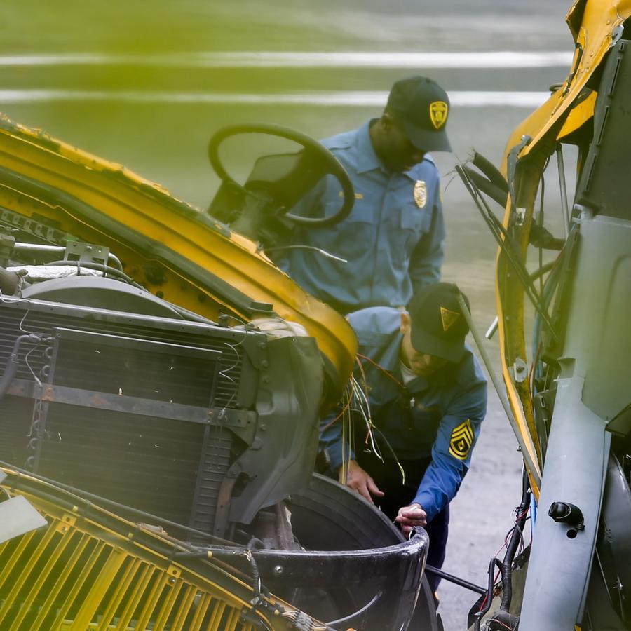 Fotografía de archivo de un accidente entre un autobús escolar y un camión de carga