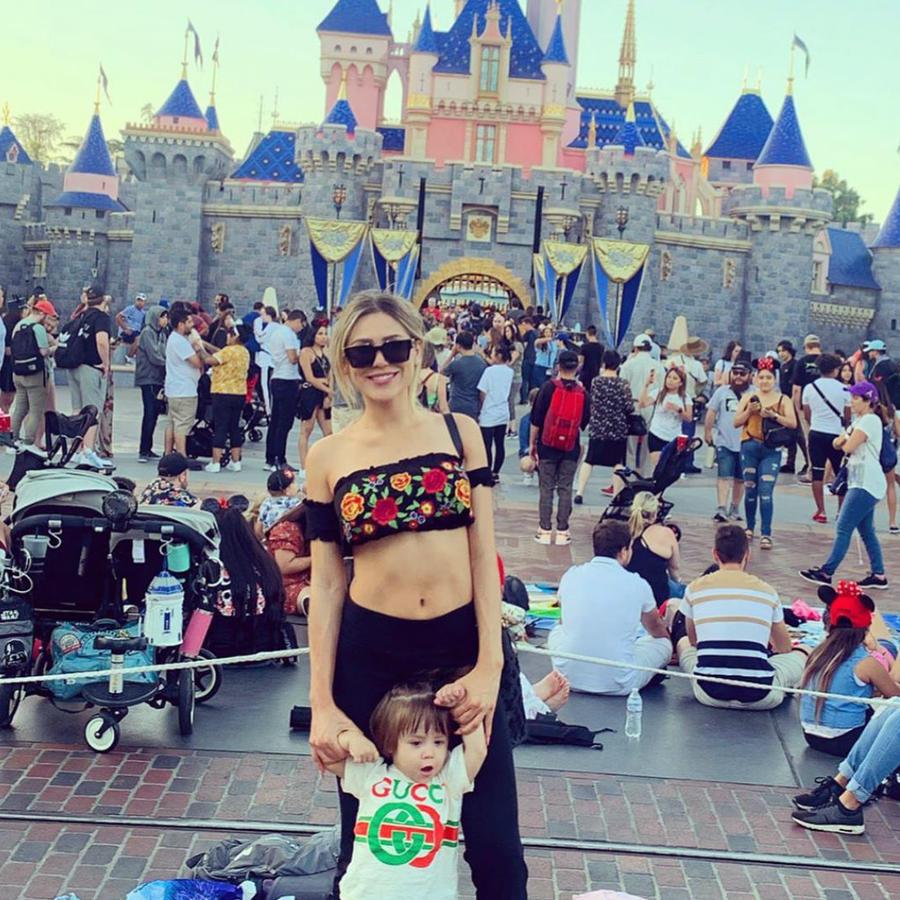 Fernanda Gómez con su bebé en Disney