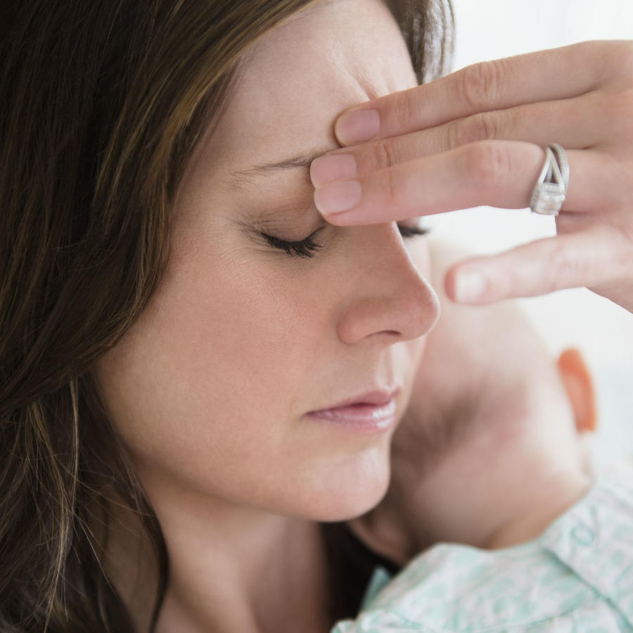 Madre estresada cargando a su bebé