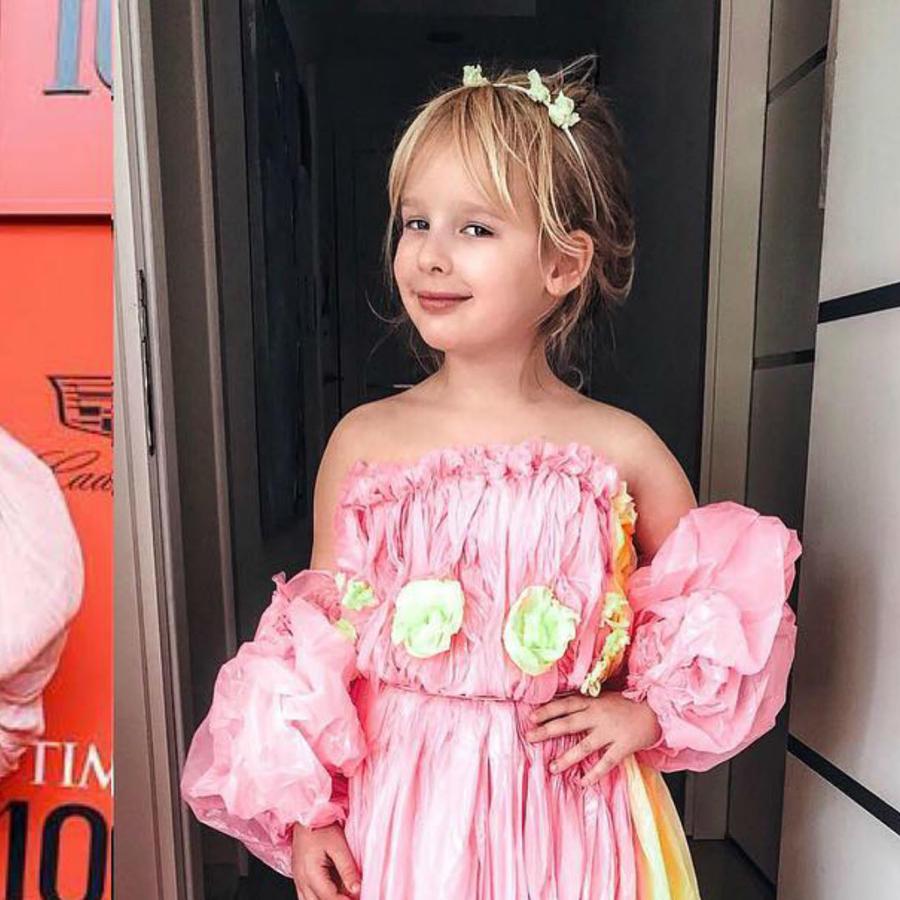 Niña con vestido igual al de Taylow Swift