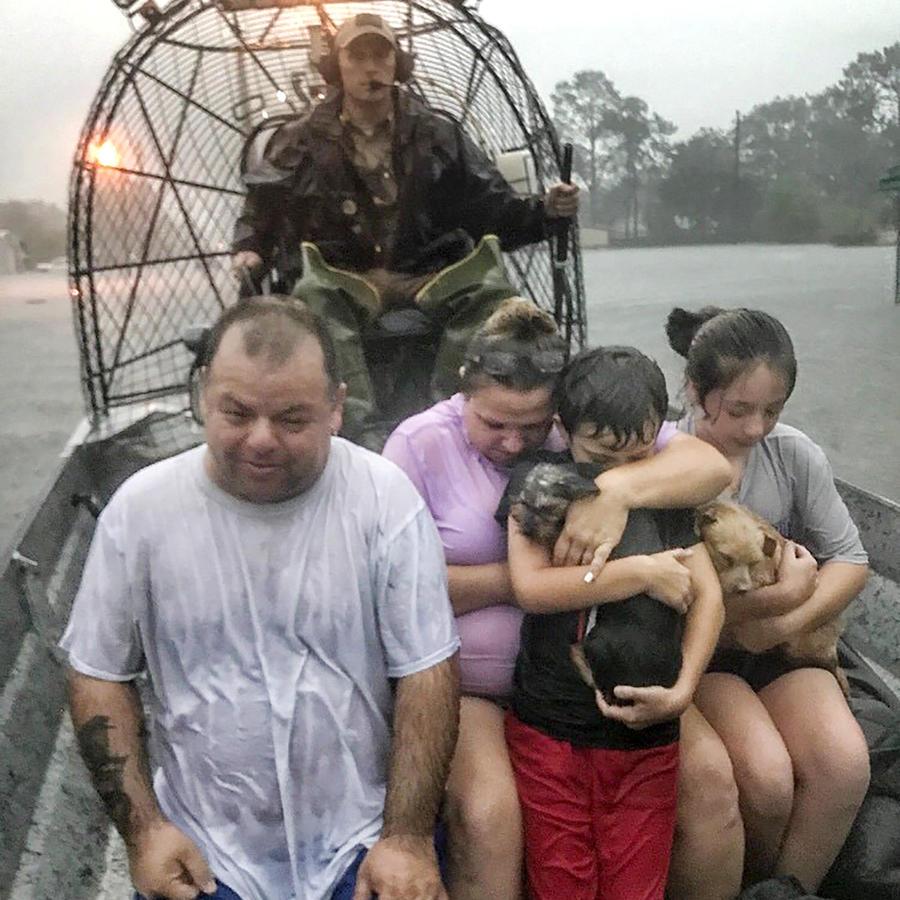 Una familia es rescatada de las inundaciones provocadas por la tormenta Imelda cerca de Beaumont, Texas