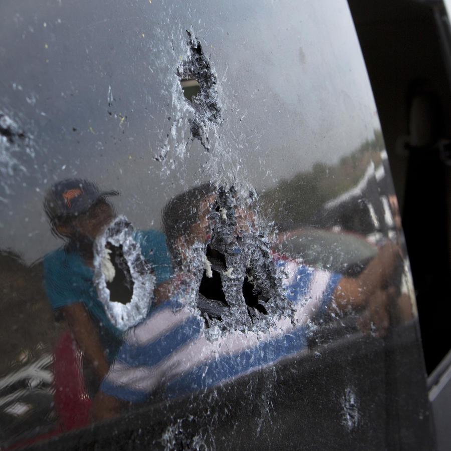 Imagen de archivo de un vehículo baleado en Michoacán, México.