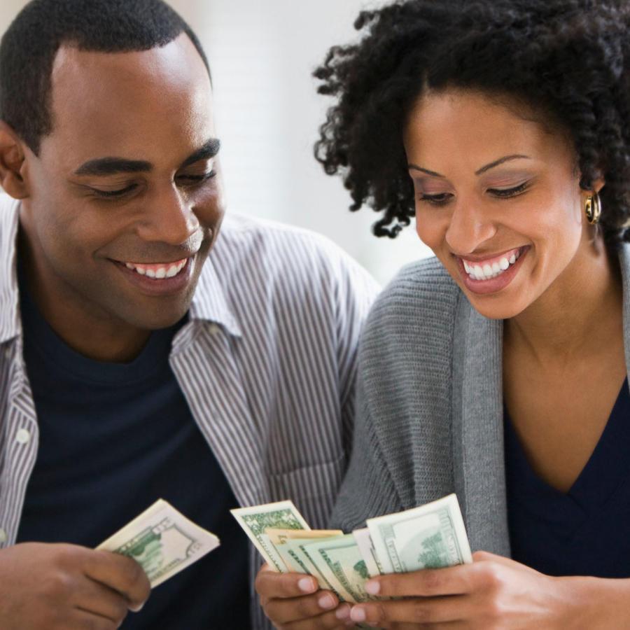 Pareja contando dinero