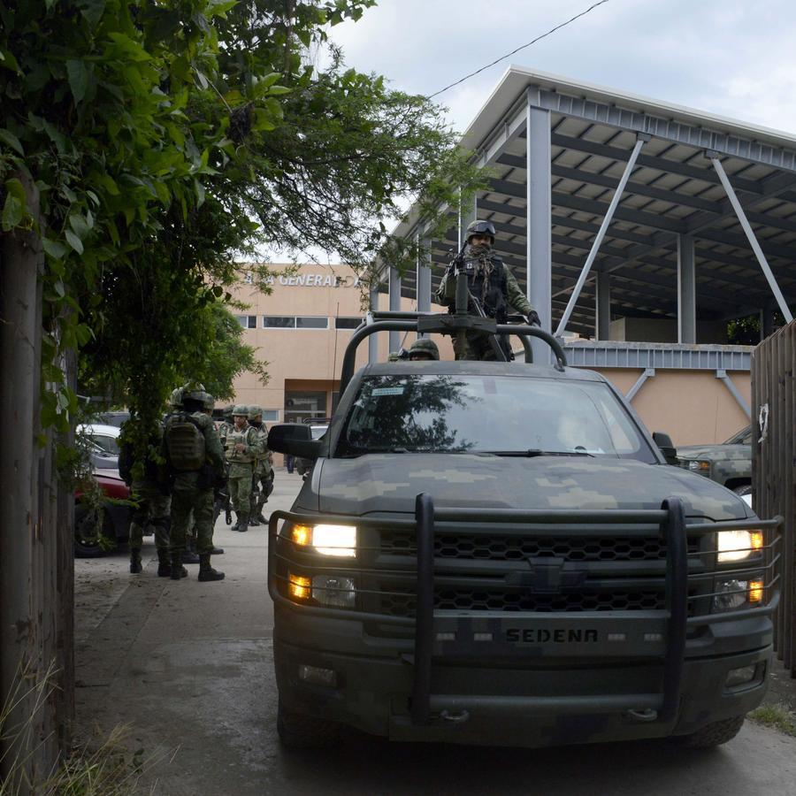 Un vehículo del Ejército patrulla las calles de Tepochica, Guerrero