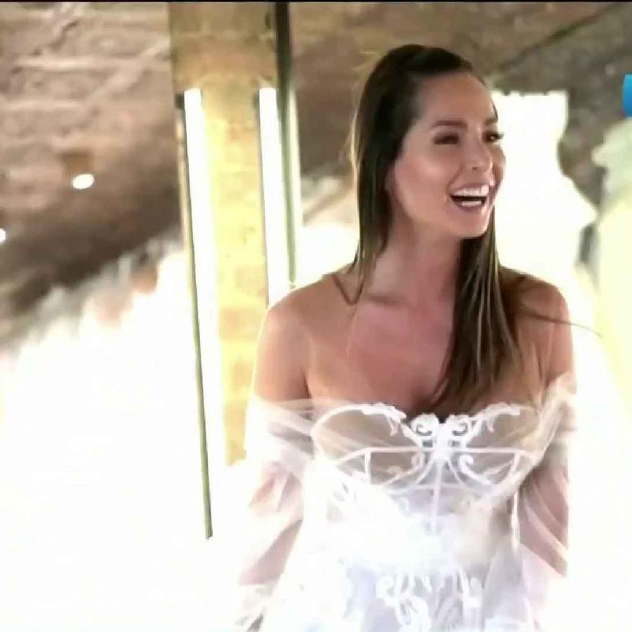 Carmen Villalobos en su prueba de vestido de novia