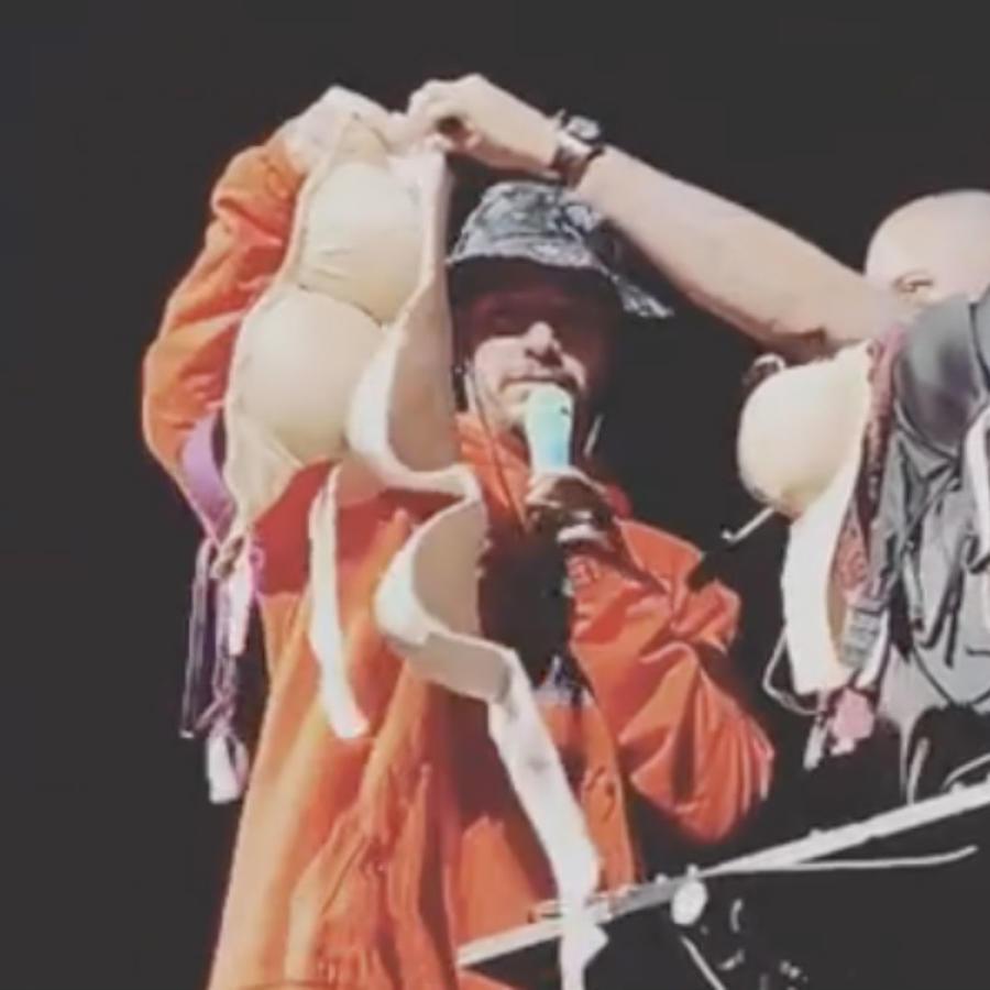 J Balvin recibió una lluvia de brasieres durante un concierto