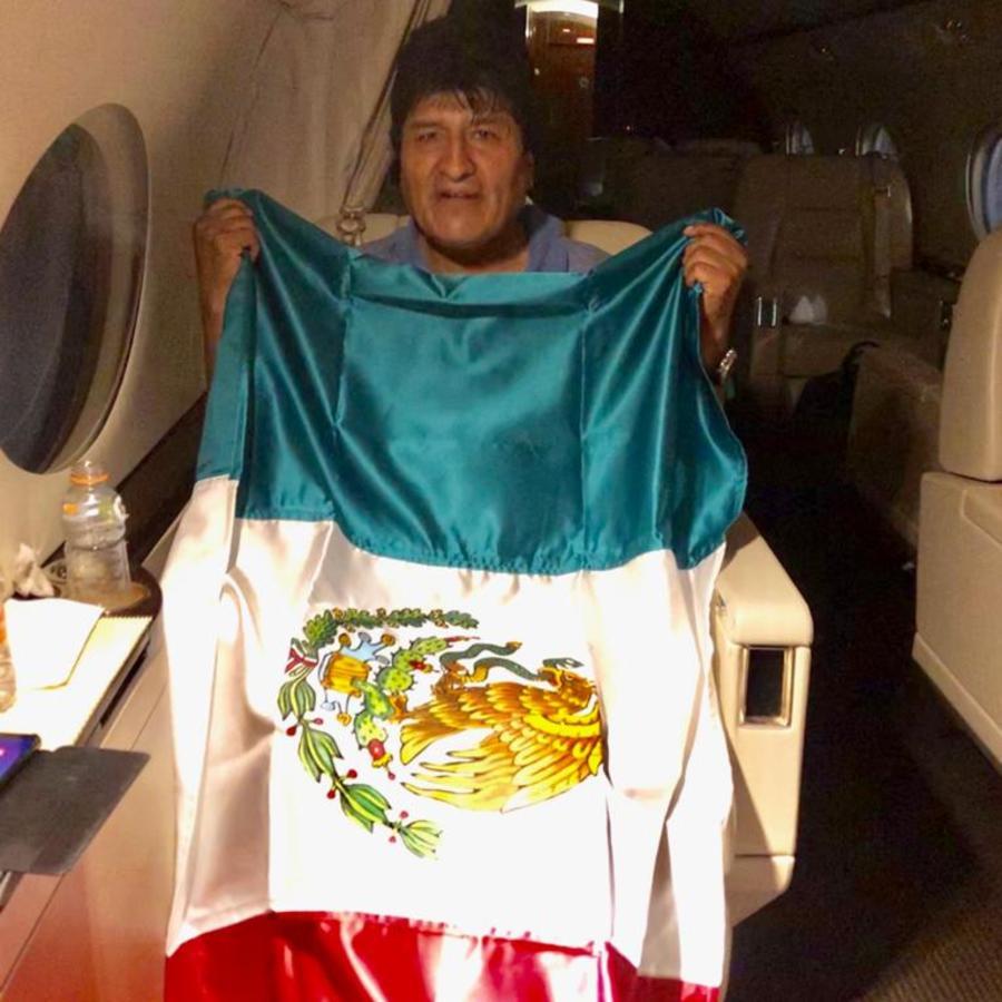 El expresidente de Bolivia Evo Morales en un avión del Gobierno mexicano rumbo a ese país