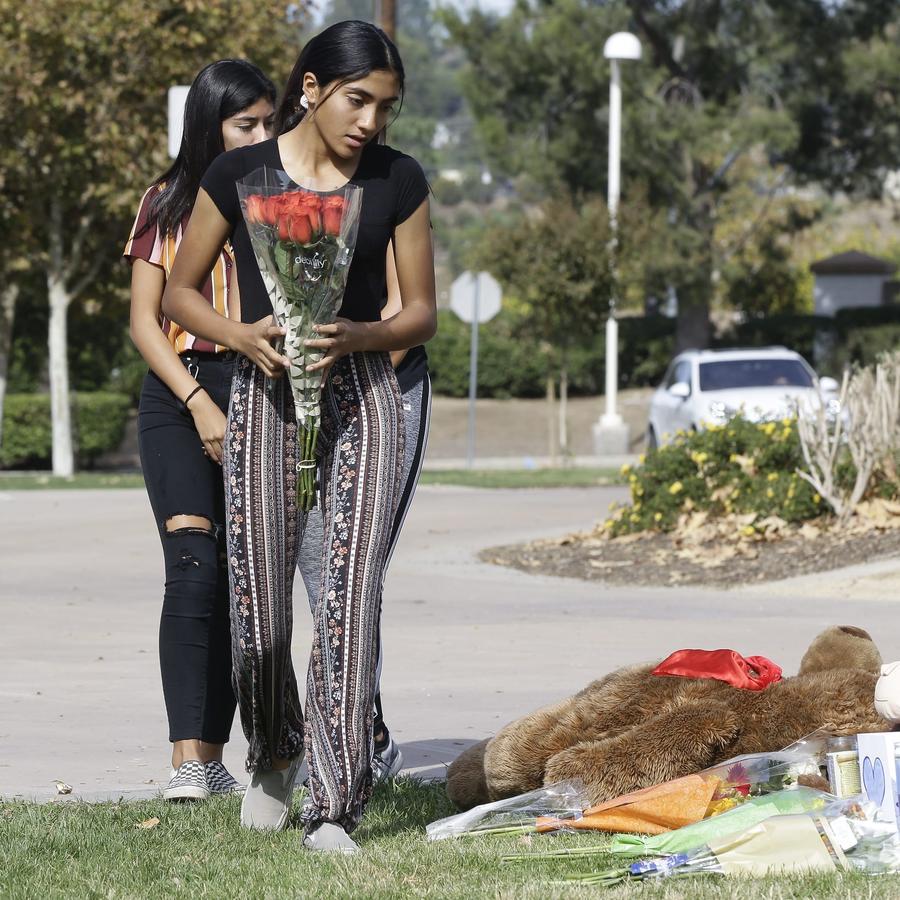 Estudiantes de la escuela secundaria Saugus llevan una ofrenda a las víctimas del tiroteo