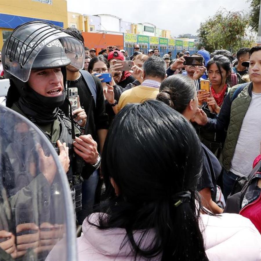 Manifestantes discuten con las autoridades este jueves en Bogotá