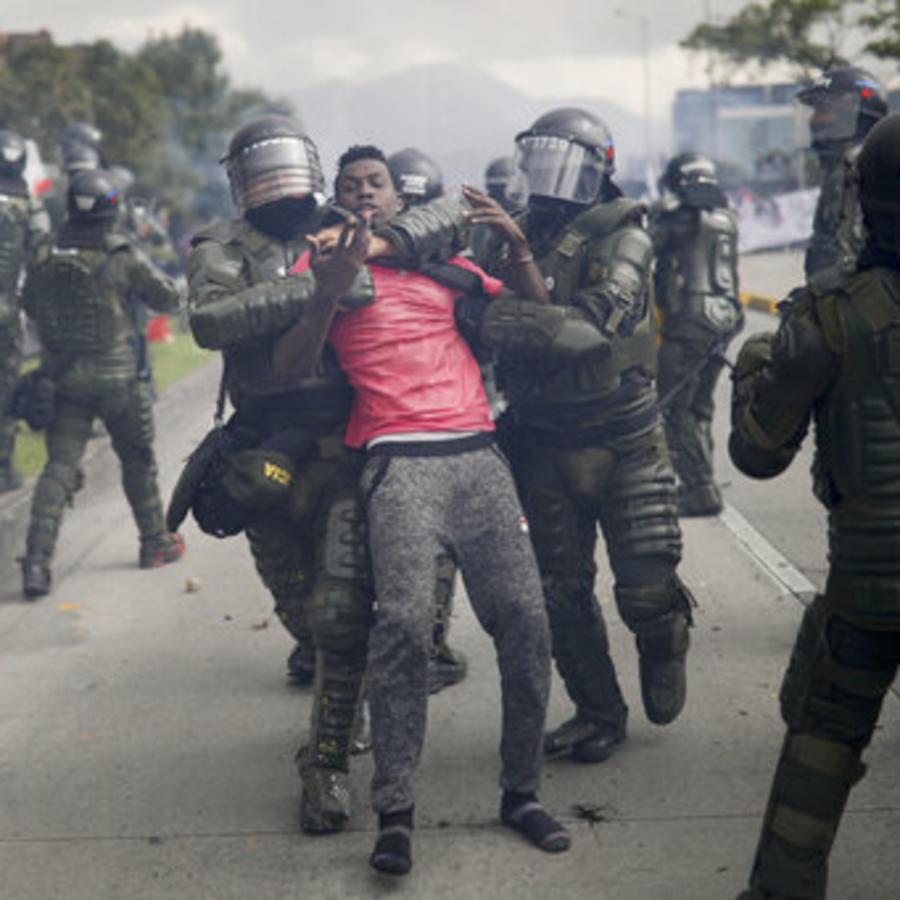 El momento en el que la policía detiene a la fuerza a un manifestante.