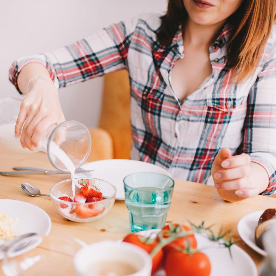 Mujer sirviendo leche