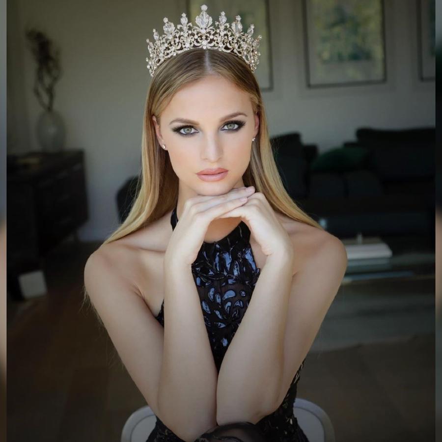 Cindy Mariana, Miss Albania, Posando con corona, Miss Universo 2019