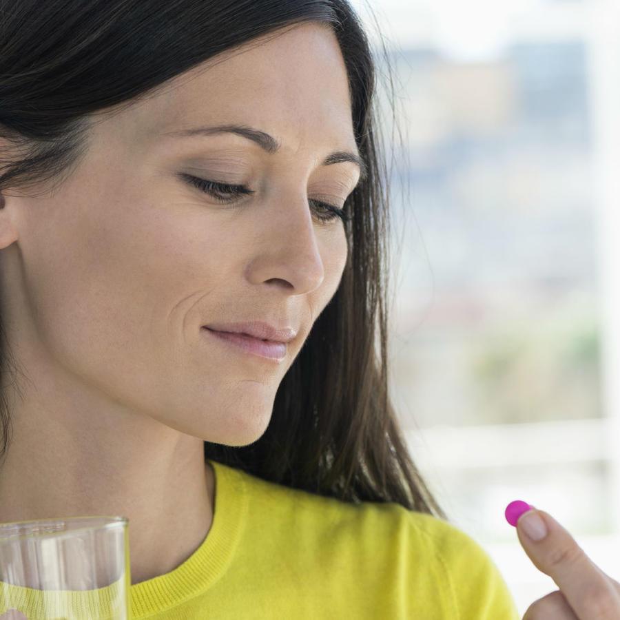 Mujer tomando pastilla