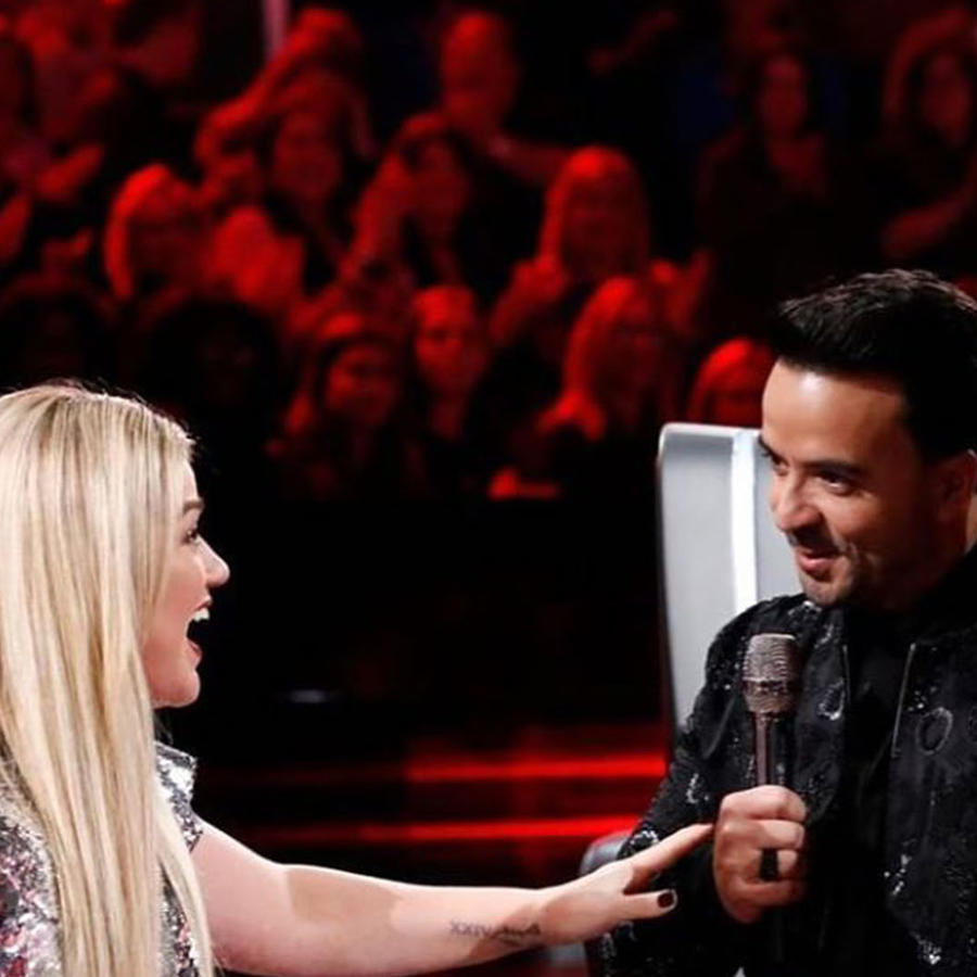 Watch Luis Fonsi teach Kelly Clarkson Spanish on The Voice