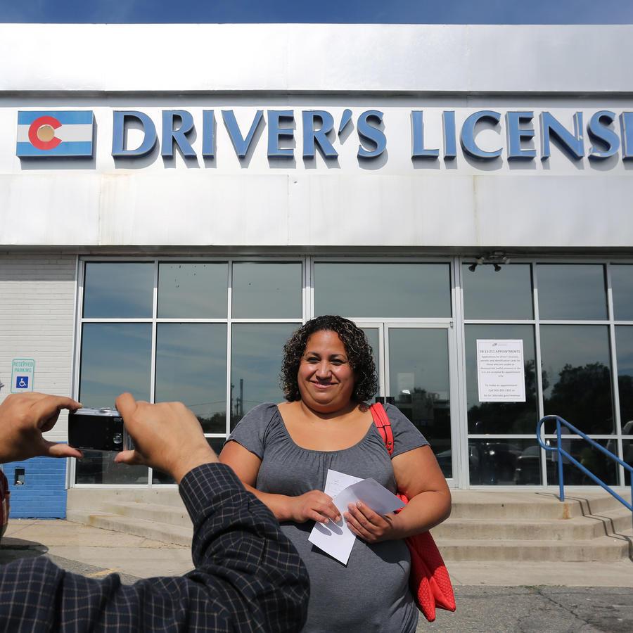 Fotografía de archivo de una inmigrante tras recibir su licencia de conducir