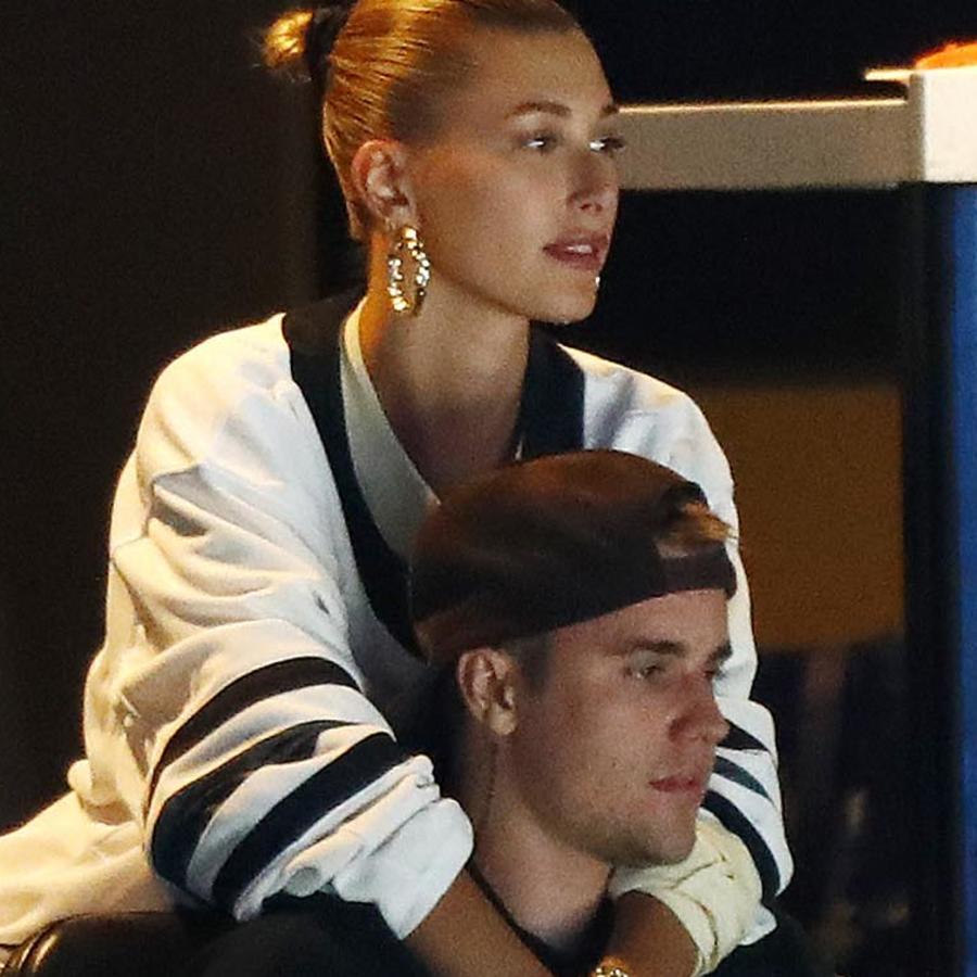 Justin Bieber y Hailey Baldwin viendo un juego de la NHL